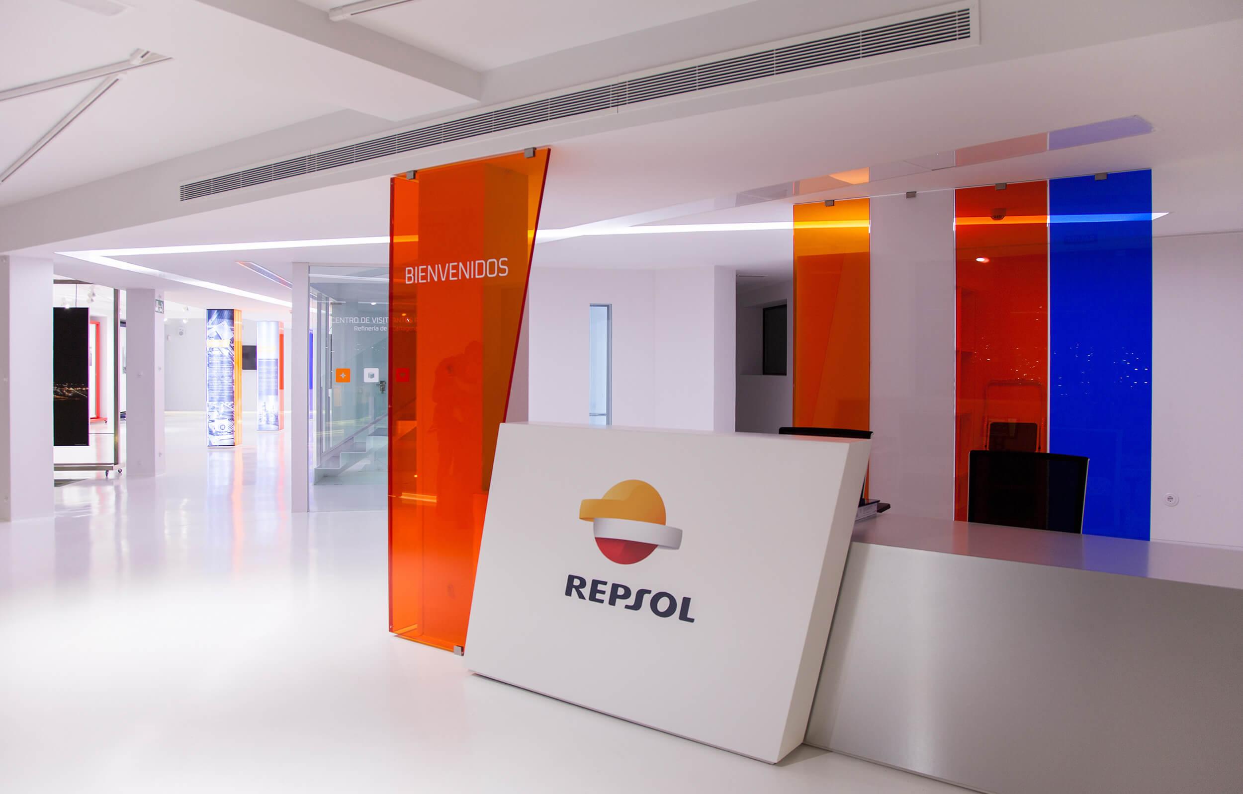 Aplicación de la marca gráfica e interiorismo en la recepción del Centro de Visitantes de Repsol en Cartagena