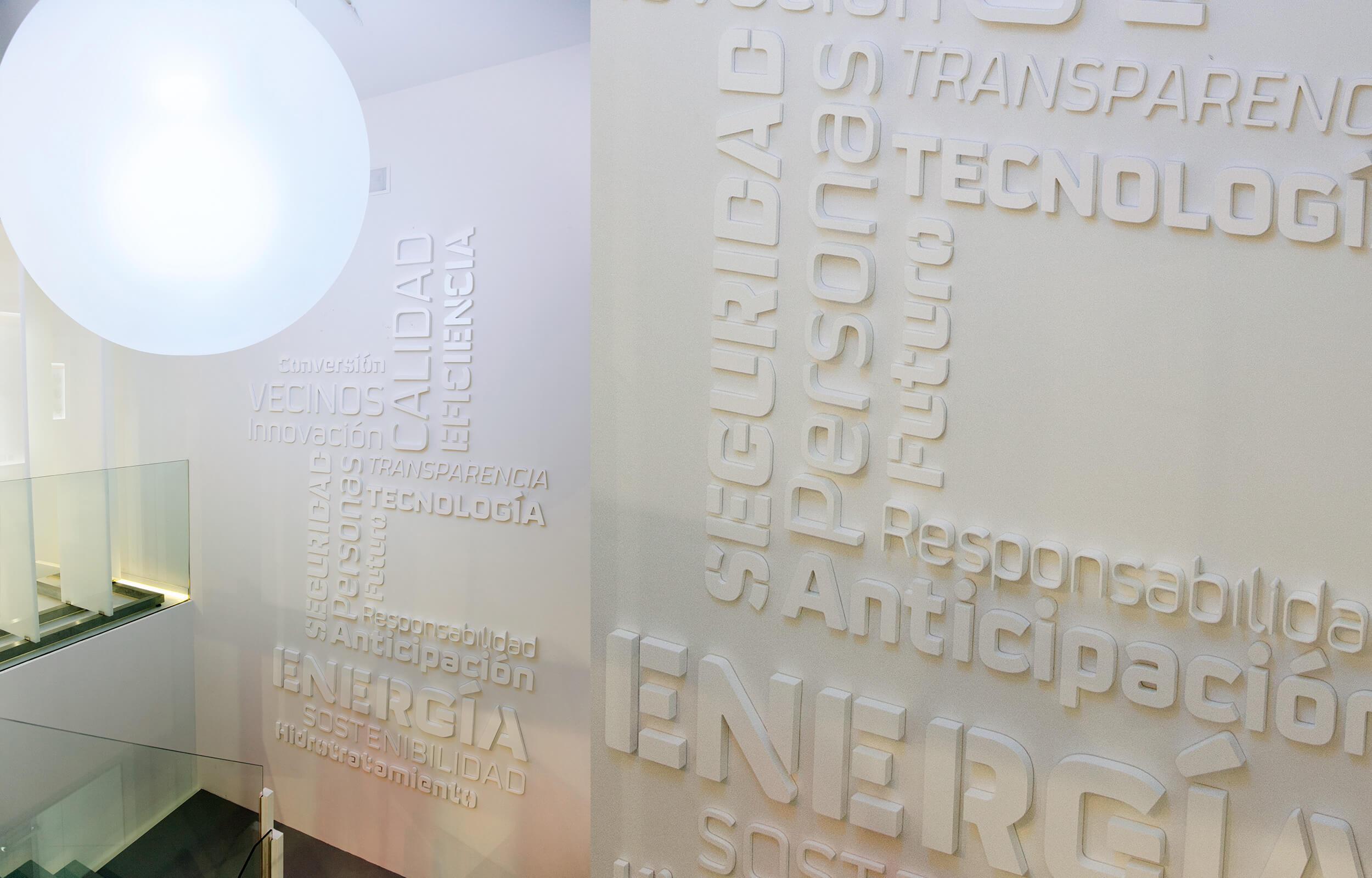 Muro tipográfico, con términos que definen la estrategia de Repsol en el Centro de Visitantes de Repsol en Cartagena