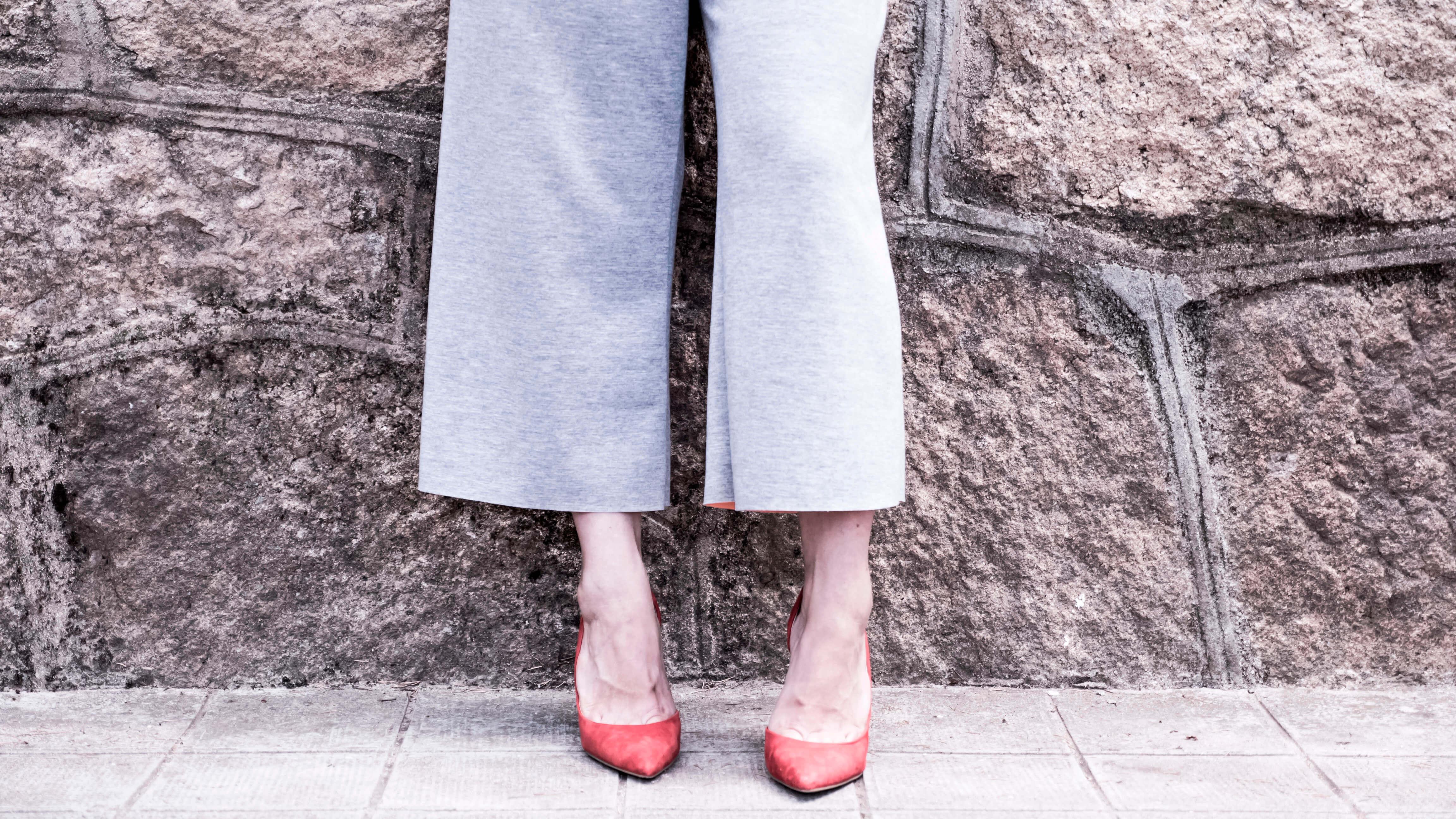 Elena sobre sus inconfundibles zapatos rojos
