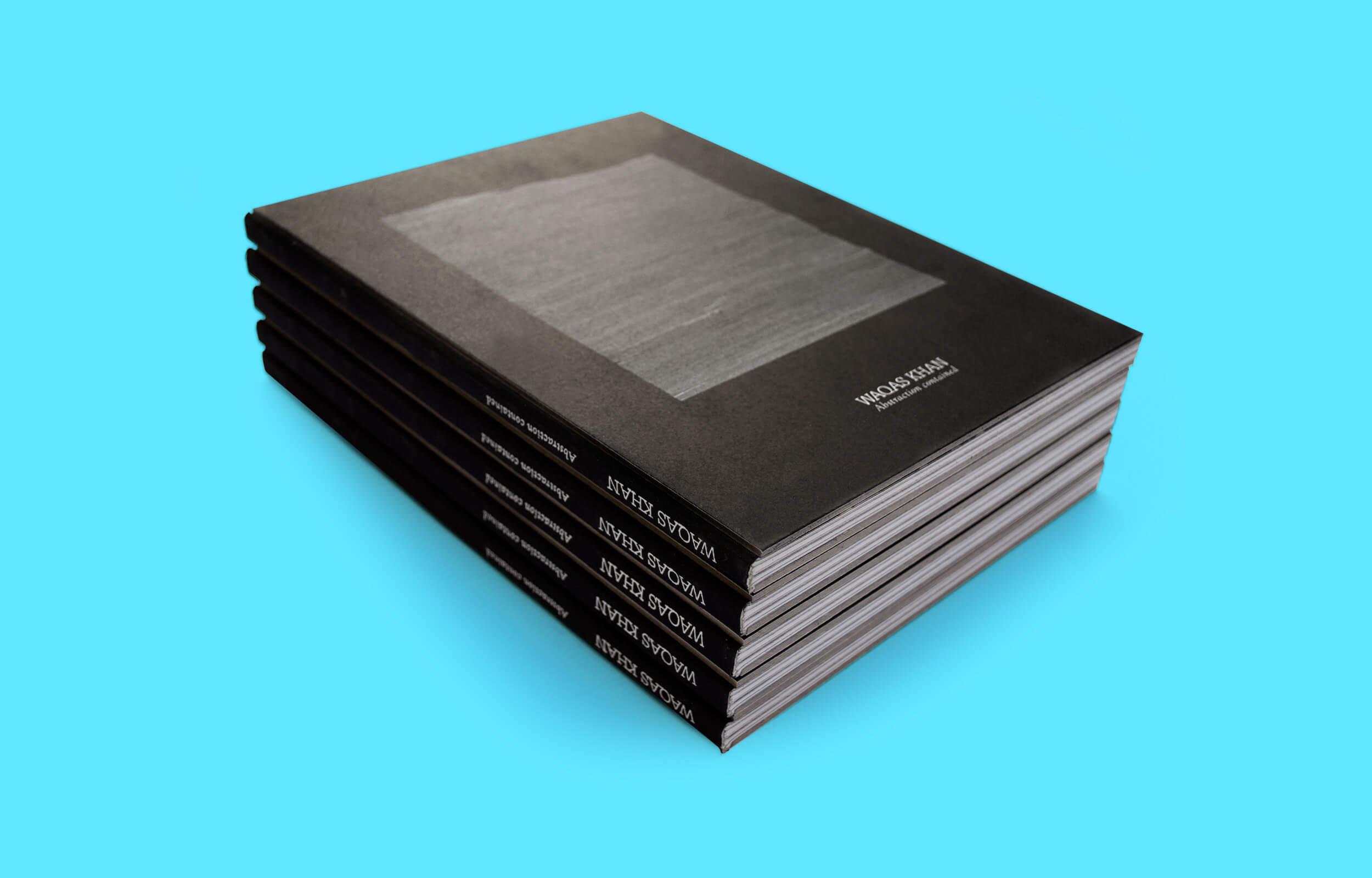 """Cubierta del libro """"Abstraction Contained"""" del artista Pakistaní Waqas Khan para la galería Sabrina Amrani"""