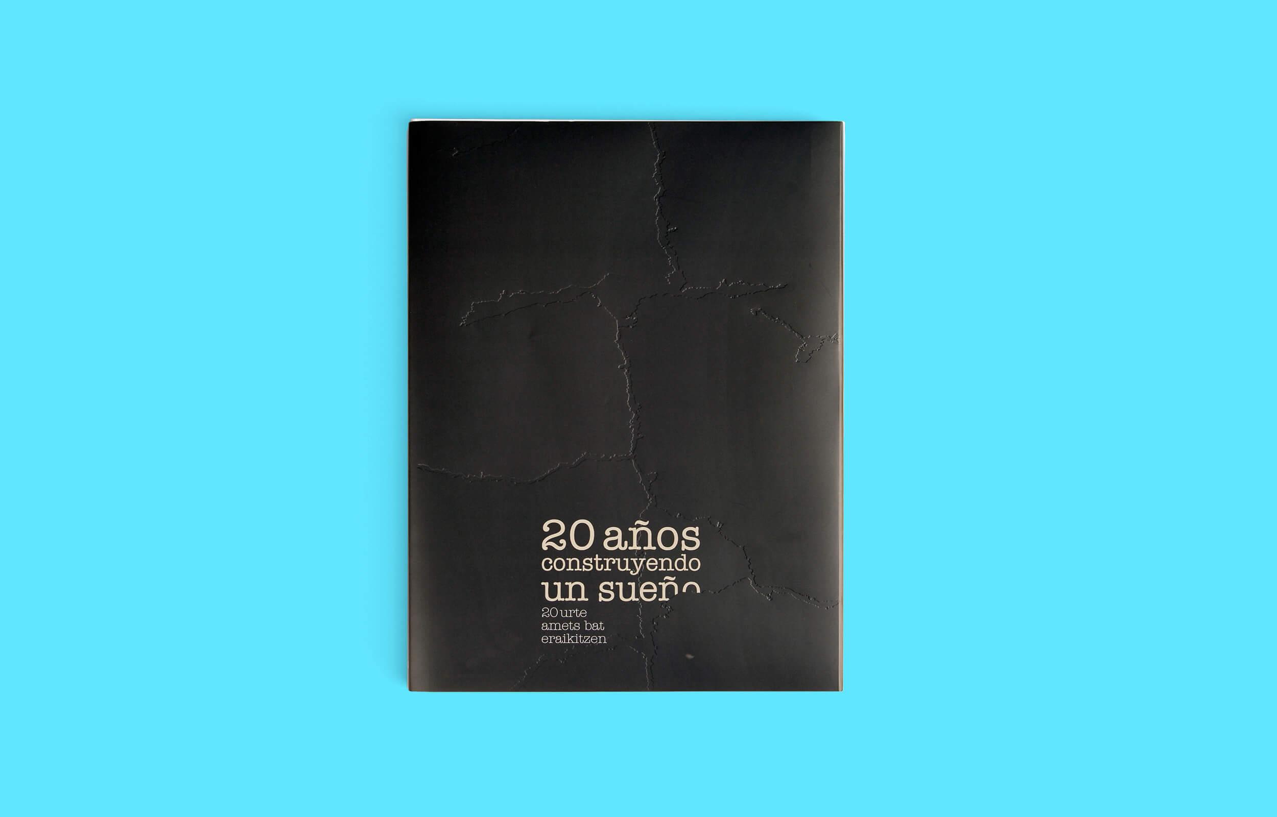Diseño y maquetación del libro para el fotógrafo Asier Bastida. 20 años construyendo un sueño