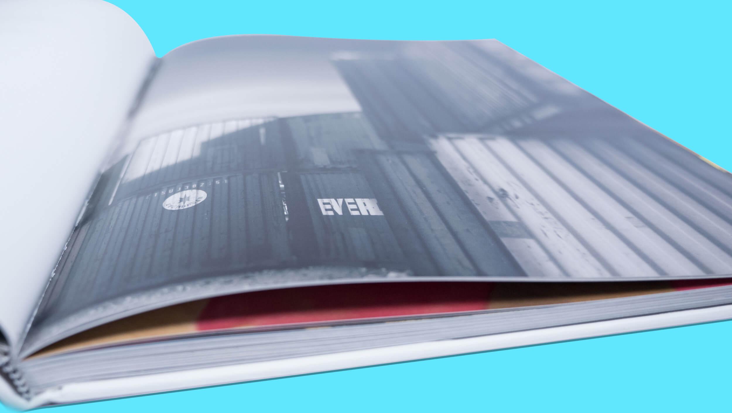 Detalle de páginas interiores del libro para el fotógrafo Asier Bastida. 20 años construyendo un sueño