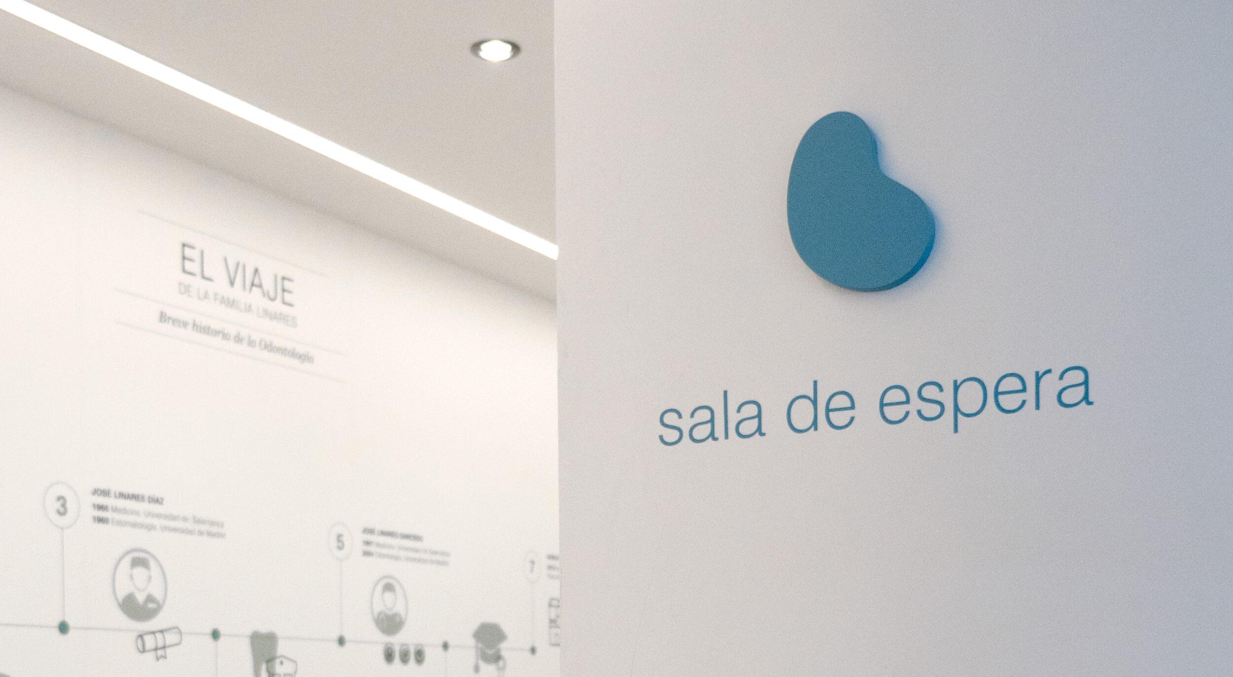 Señalética y muro gráfico de la sala de espera de la Clínica Linares